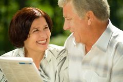 Lectura mayor feliz de los pares Fotografía de archivo libre de regalías