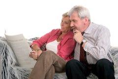 lectura Mediados de-envejecida de los pares junto Foto de archivo