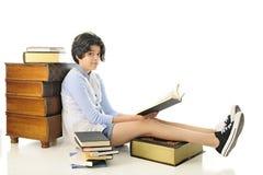 Lectura, mirando PARA ARRIBA Imagen de archivo