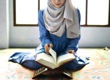 Lectura musulmán de la mujer del Quran imágenes de archivo libres de regalías