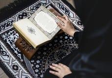 Lectura musulmán de la mujer del Quran fotos de archivo libres de regalías
