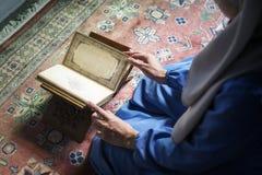 Lectura musulmán de la mujer del Quran imagen de archivo libre de regalías