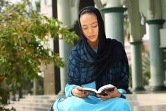 Lectura musulmán Qur'an de la muchacha Imagen de archivo libre de regalías