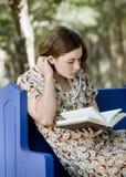 Lectura o Studyin de la mujer joven Imágenes de archivo libres de regalías