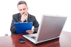 Lectura pensativa del encargado algo del tablero foto de archivo libre de regalías