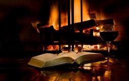 Lectura por la luz de un fuego fotografía de archivo