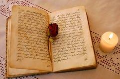 Lectura por la luz de una vela Imagen de archivo libre de regalías