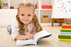 Lectura practicante de la niña feliz Imagen de archivo libre de regalías