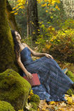 Lectura romántica joven de la mujer Fotografía de archivo