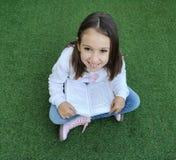 Lectura sonriente de la muchacha foto de archivo libre de regalías
