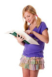 Lectura y aprendizaje felices de la muchacha de la escuela Imagenes de archivo