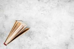 Lectura y autodesarrollo Libro entornado en espacio gris de la copia de la opinión superior del fondo foto de archivo libre de regalías