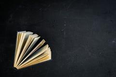 Lectura y autodesarrollo Libro entornado en espacio negro de la copia de la opinión superior del fondo foto de archivo