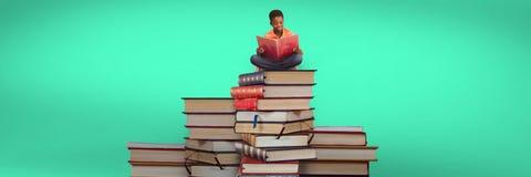 Lectura y sentada del muchacho en una pila de libros y de fondo verde Fotografía de archivo