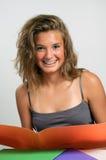 Lectura y sonrisa de la muchacha Fotos de archivo