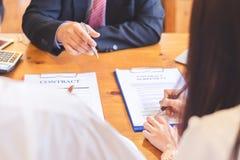 Lecture asiatique de couples et contrat de signature images stock