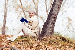 Lecture blonde de femme en parc photo stock