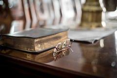Lecture d'écriture sainte avec des verres de lecture Photographie stock