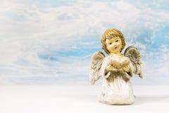 Lecture d'ange de Noël dans un livre racontant une histoire pour Noël Photo stock