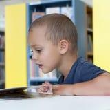 Lecture d'enfant image libre de droits