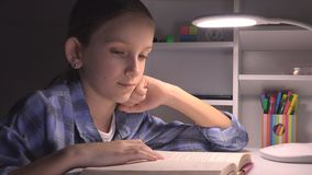 Lecture d'enfant dans la nuit, fille d'?cole ?tudiant dans l'obscurit?, enfant apprenant, devoirs photographie stock libre de droits