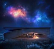 Lecture d'une bible la nuit images libres de droits