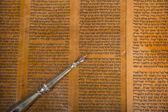 lecture d'une fin antique de rouleau de torah  images libres de droits