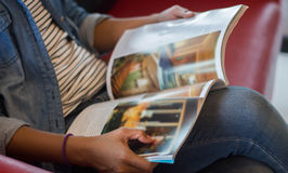 lecture d'une tache floue de magazine Image stock