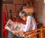 Lecture dans le temple photographie stock