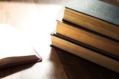 Lecture de bible de matin sur le plancher en bois Images stock