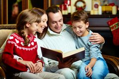 Lecture de famille Photo stock