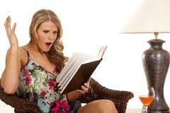 Lecture de femme par choc de lampe Photo stock