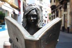 Lecture de femme de sculpture images libres de droits