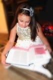 Lecture de fille assez petite par la cheminée Photos libres de droits