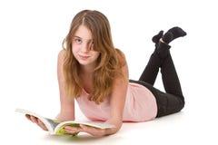 Lecture de fille sur le plancher Photographie stock