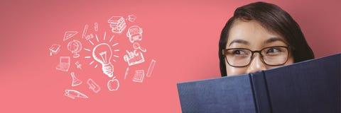 Lecture de jeune femme et regarder des dessins sur le fond rose photographie stock libre de droits