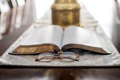 Lecture de la bible avec des verres de lecture Image stock