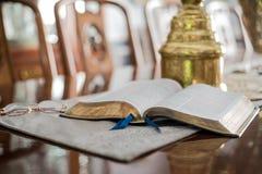 Lecture de la bible avec des verres de lecture Photo libre de droits