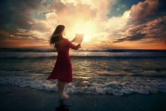 Lecture de lever de soleil photos libres de droits