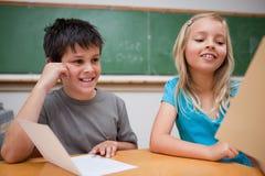 Lecture de sourire d'enfants Photo stock