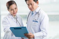 Lecture des antécédents médicaux Photo stock