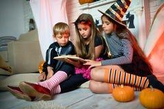 Lecture des histoires effrayantes à la partie de Halloween photos libres de droits