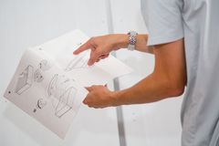 Lecture des instructions d'assembler des meubles images libres de droits