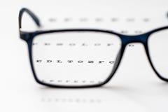 Lecture des lunettes et du plan rapproché noirs de diagramme d'oeil Image stock