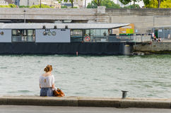 Lecture en bords de la Seine photo stock