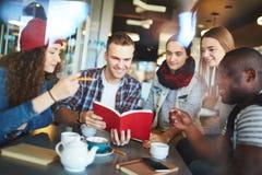 Lecture en café Image libre de droits