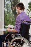 Lecture handicapée un livre Image libre de droits