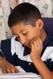 Lecture hispanique d'enfant Photos libres de droits