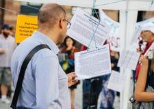 Lecture manifeste à la protestation contre des lois de macron photos stock