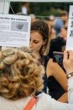 Lecture manifeste à la protestation contre des lois de macron photographie stock